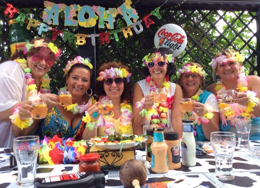 hawaii pool party mit den wiener hulagirls partyfotos unserer kunden. Black Bedroom Furniture Sets. Home Design Ideas
